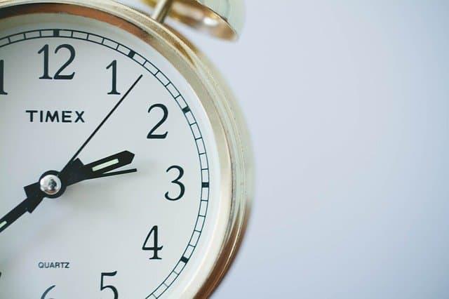 zegar, przybory szkolne w klasie po angielsku ćwiczenie wymowa